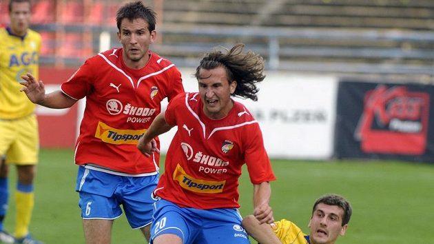 Petr Jiráček z Plzně (uprostřed) bojuje o míč s teplickým Admirem Ljevakovičem.