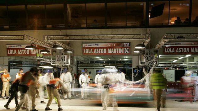 Prototyp Aston Martin posádky Charouz, Enge, Mücke při zastávce v boxech během závodu 24 hodin Le Mans