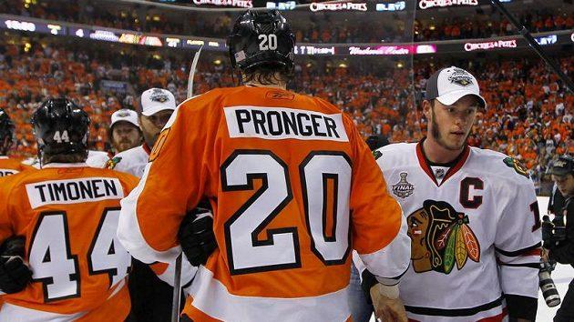 Kapitán Chicaga Jonathan Toews (vpravo) se zdraví po zápase s Chrisem Prongerem z Philadelphie
