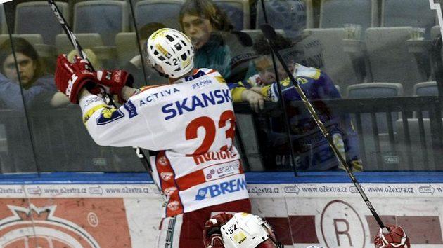 Slávista Vladmír Růžička ml. oslavuje u mantinelu vstřelený gól ve třetím utkání čtvrtfinále playoff proti Zlínu.