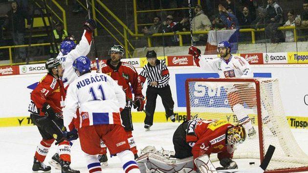 Čeští hokejisté se radují z branky proti Švýcarsku.