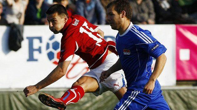 Reprezentační útočník Milan Baroš strílí branku v utkání proti Lichtenštejnsku.