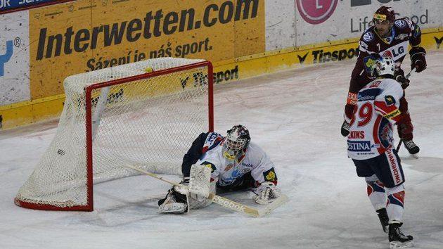 Gólman Pardubic Martin Růžička inkasuje v utkání proti Spartě.