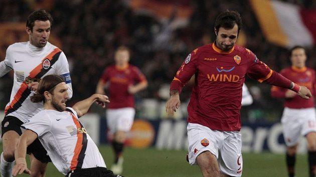 Dmytro Čygrynskij z Šachtaru Doněck (vlevo) se snaží zastavit hráče AS Řím Mirko Vučiniče