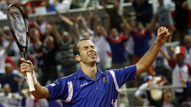 Radek Štěpánek s vítěznou grimasou po vítězství nad Ivem Karlovičem z Chorvatska v semifinále Davis Cupu