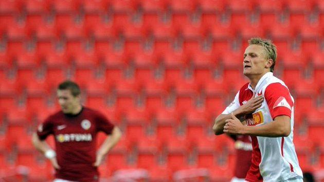 Stoper Slavie Petr Trapp se raduje z gólu.
