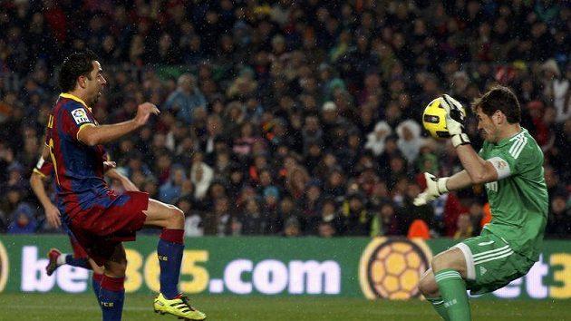Hráč Barcelony Xavi střílí první gól Barcelony proti Realu