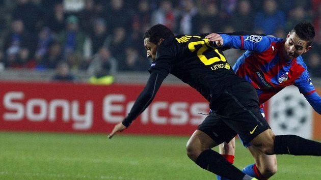 Plzeňský Milan Petržela (vpravo) se snaží zastavit Adriana z Barcelony.