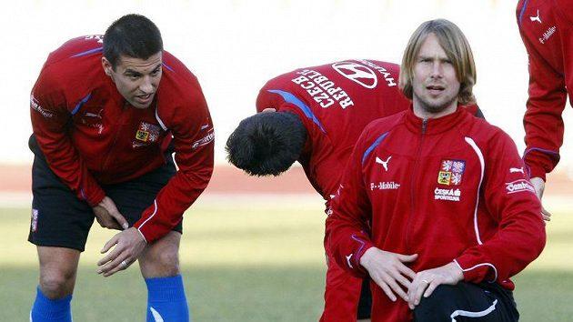 Jaroslav Plašil (vpředu) a Milan Baroš se rozcvičují na srazu české reprezentace.