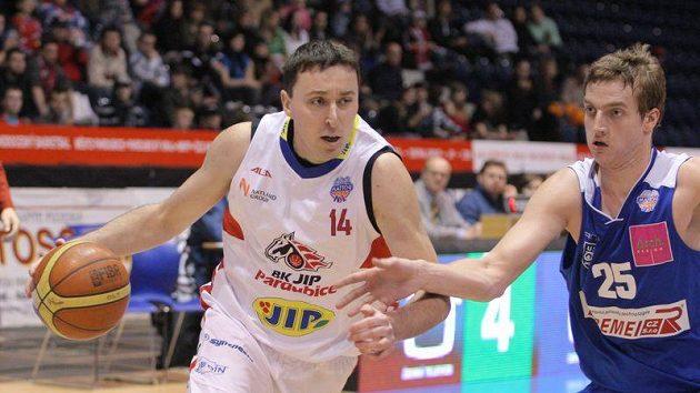Basketbalista Pardubic Pavel Miloš (vlevo).