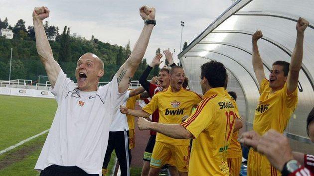 Fotbalisté Dukly se radují povýhře nad Kladnem, která jim pojistila návrat do první ligy.