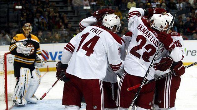 Hráči Phoenixu oslavují gól vstřelený Bostonu v pražské O2 Areně.