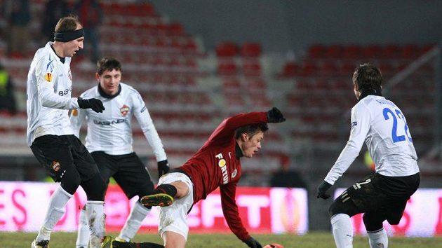 Kamil Vacek ze Sparty v obležení fotbalistů CSKA Moskva
