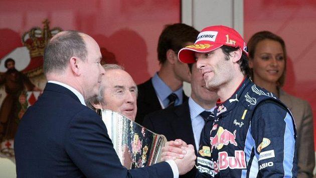 Marku Webberovi gratuluje k vítězství monacký princ Albert II. a bývalý slavný závodník Jackie Stewart.