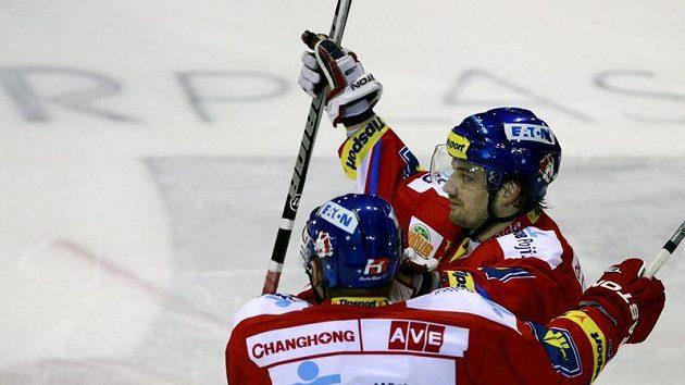 Hokejový útočník Pardubic Petr Koukal se raduje se spoluhráčem