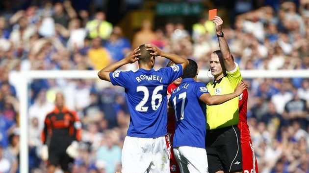 Rozhodčí Martin Atkinson ukazuje Jacku Rodwellovi z Evertonu červenou kartu.