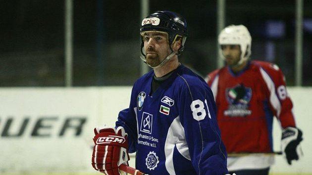 Trenér hokejové reprezentace Jan Brychta při tréninku se svými svěřenci.