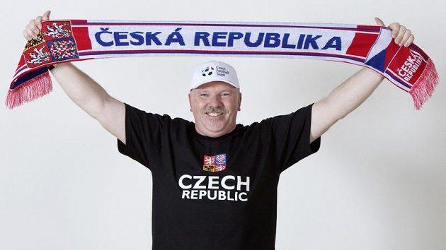 Novou fanouškovskou kolekci předvádí masér Eduard Poustka.