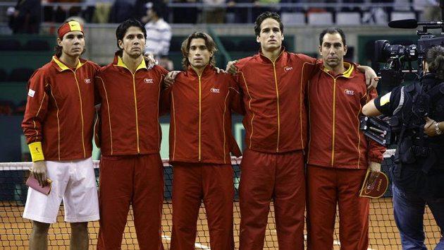 Španělský daviscupový tým pro finále proti České republice. Zleva Rafael Nadal, Fernando Verdasco, David Ferrer, Feliciano Lopez a nehrající kapitán Albert Costa.