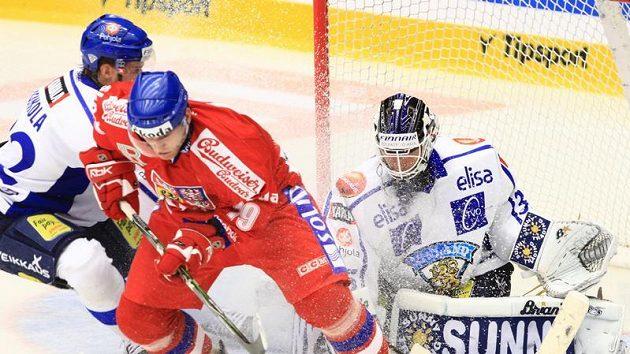 Útočník Tomáš Kůrka operuje před finskou brankou na Českých hokejových hrách