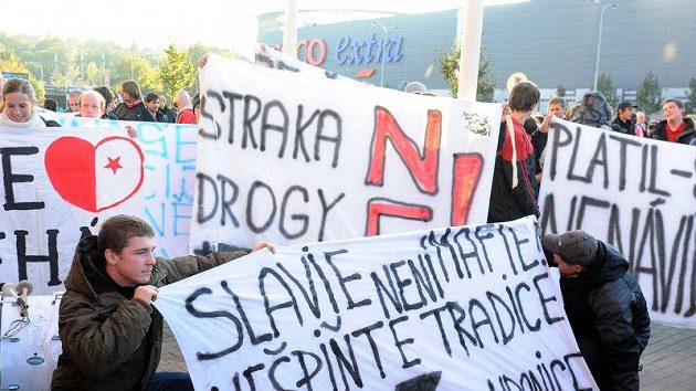 Protestní pochod fanoušků fotbalové Slavie Praha proti současné situaci v klubu a angažování trenéra Straky