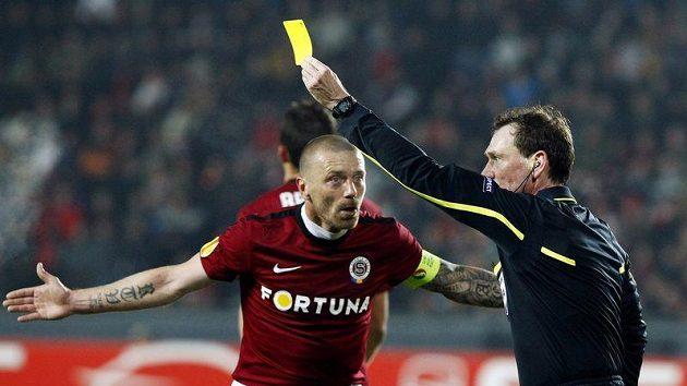 Sparťan Tomáš Řepka se diví, za co inkasuje žlutou kartu.