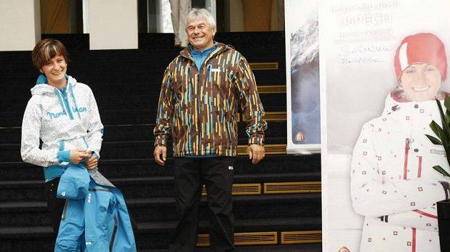 Rychlobruslařka Martina Sáblíková (vlevo) s trenérem Petrem Novákem při představení nové kolekce sportovního oblečení.