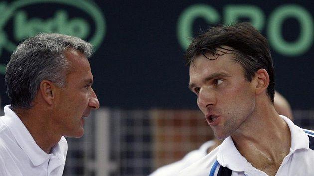Tenista Ivo Karlovič (vpravo) se radí s nehrajícím kapitánem Chorvatska Goranem Prpičem