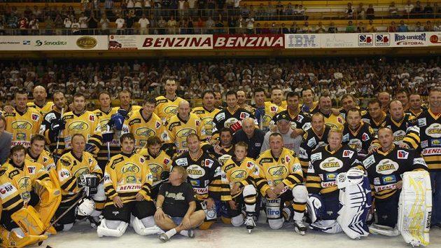 Společné focení účastníků hokejové exhibice v Litvínově