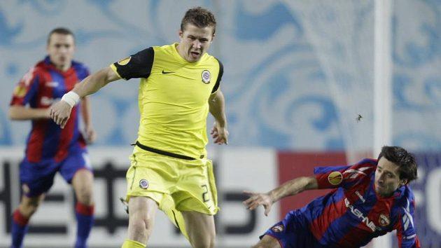 Deividas Semberas z CSKA Moskva (vpravo) se snaží zastavit Juraje Kucku ze Sparty.