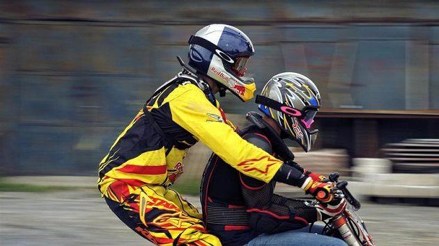 Freestylový motocyklista Petr Pilát (vlevo) a pilot Martin Šonka během tandemového skoku na motorce.