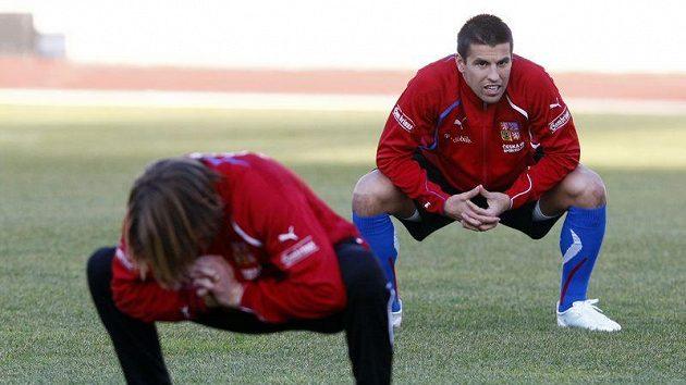 Jaroslav Plašil (vpředu) a Milan Baroš se rozcvičují při srazu české fotbalové reprezentace.