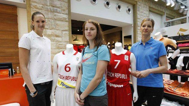 Basketbalistky zleva Petra Kulichová, Kateřina Elhotová a Eva Vítečková při představení nových dresů pro evropský šampionát