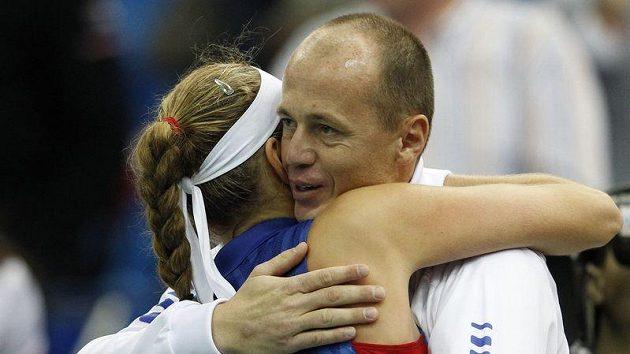 Trenér Petr Pála děkuje Petře Kvitové. Ta získala první bod ve finále Fed Cupu.