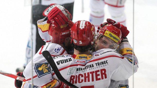 Hokejisté Třince se radují z gólu do sítě Vítkovic.