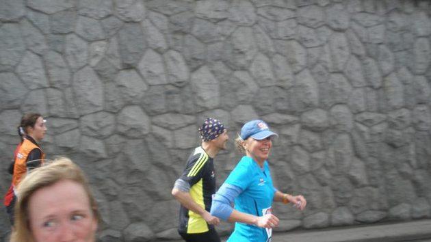 Částečně nevidomá Veronika Hanušová se snaží inspirovat další běžce a od příznivců získat příspěvky.
