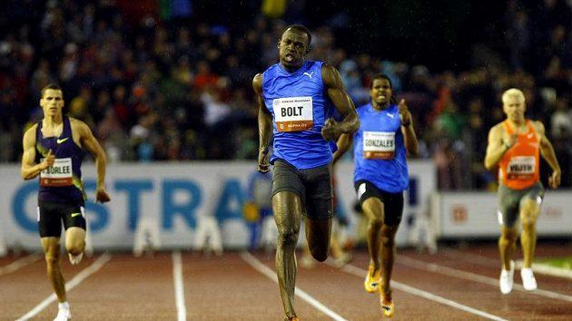 Usain Bolt v cílové rovince trati na 300 metrů na mítinku Zlatá tretra.