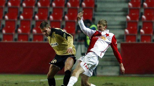 Slávista Janda se snaží sebrat míč brněnskému Husárovi.