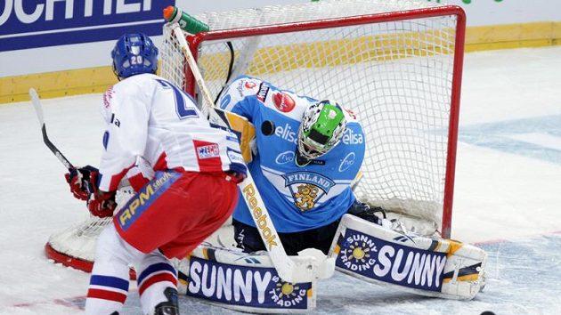 Jakub Klepiš se snaží překonat finského brankáře Tarkkiho.