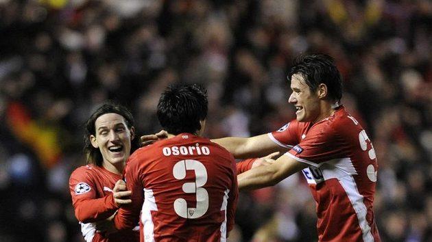 Sebastian Rudy (vlevo) oslavuje se svými spoluhráči ze Stuttgartu branku do sítě Rangers.