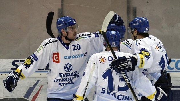 Vítkovičtí hokejisté se radují z úvodního gólu ve slávistické síti, který znamenal první krok k postupu do finále.