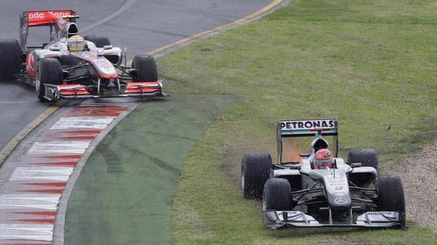 Situace z úvodu Velké ceny, kdy se Michael Schumacher (vpravo) ocitl mimo dráhu, následkem čeho se propadnul na konec startovního pole. Za ním vyjíždí z trati i Lewis Hamilton.