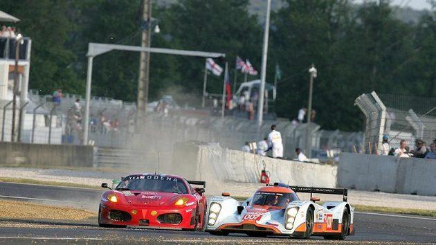 Prototyp Aston Martin posádky Charouz, Enge, Mücke (vpravo) během závodu 24 hodin Le Mans