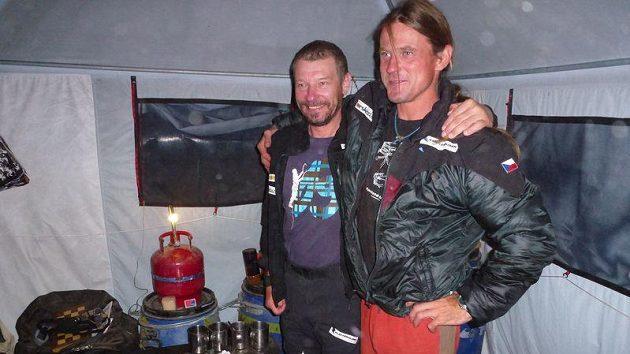Narozeniny členů expedice se slaví i v Himálajích. Vlevo oslavenec Zdeněk Hrubý, vpravo jediný gratulant Marek Holeček.