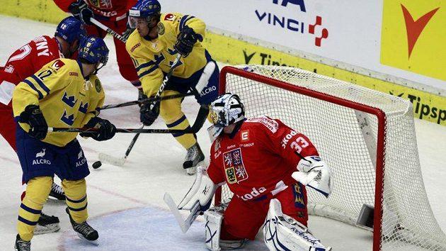 Brankář Jakub Štěpánek v utkání proti Švédsku.