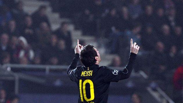 Lionel Messi z barcelony oslavuje proměněnou penaltu v duelu s Plzní ve 4. kole základní fáze Ligy mistrů.