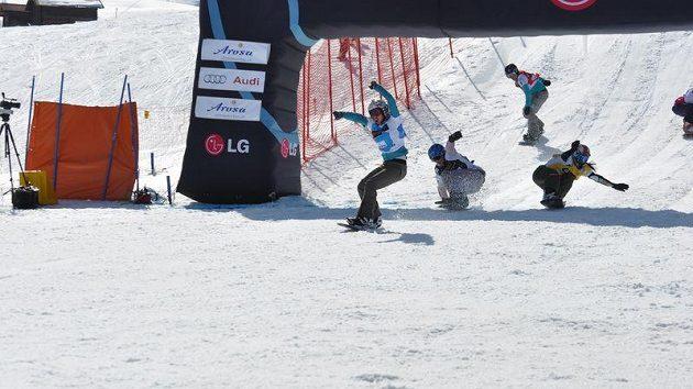 Eva Samková (vlevo) se raduje v cíli malého finále Světového poháru snowboardcrossařek ve švýcarské Arose, které vyhrála.