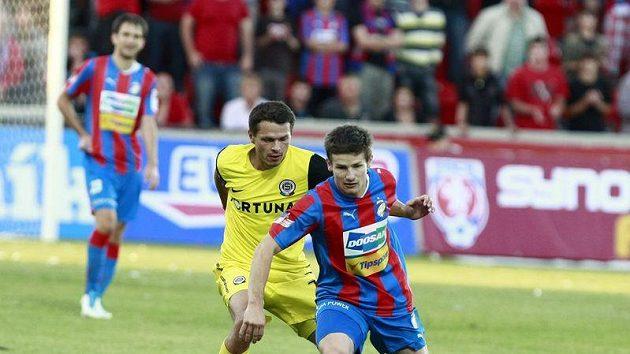 Václav Pilař z Plzně si kryje míč před sparťanským Liborem Sionkem.