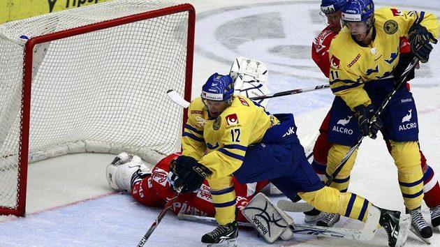 Švéds Krüger se snaží překonat Štěpánka v brance české reprezentace.