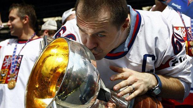 Tomáš Rolinek s pohárem pro mistry světa